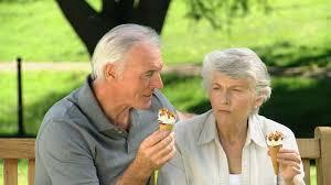 anciano comiendo 2